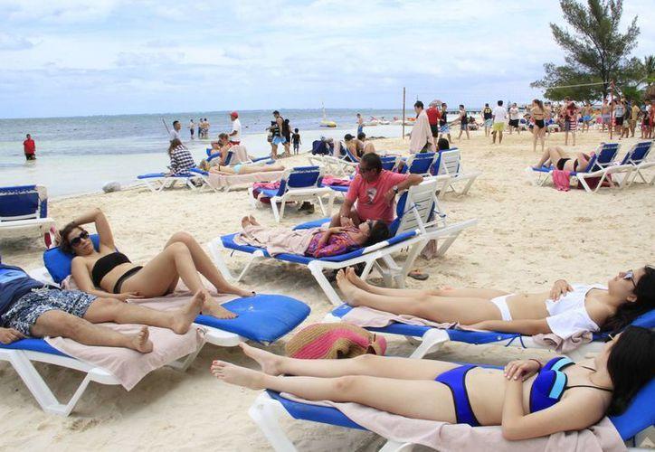 Las lluvias del fin de semana no ahuyentaron a los visitantes. (Israel Leal/SIPSE)