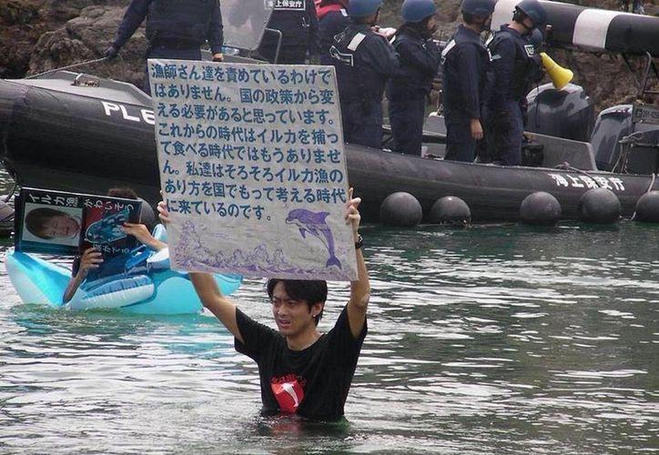 Una activista de Sea Shepard protesta contra la pesca indiscriminada de delfines en Taiji, Japón. La imagen fue tomada de la página oficial de Facebook de la organización Sea Sheperd.