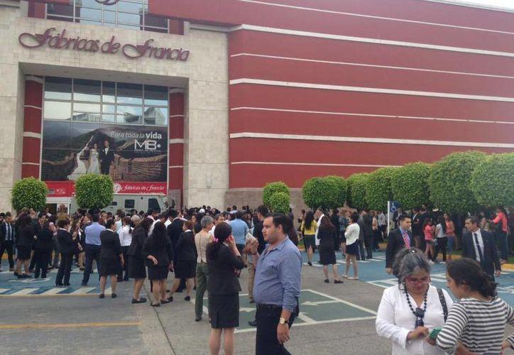 Empleados de la tienda Fabricas de Francia tuvieron que ser evacuados del edificio. (Foto: Noticieros Televisa)