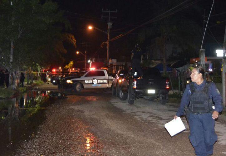 Al lugar de los hechos arribaron policías y ambulancias para atender a los heridos. (Foto: Redacción/SIPSE)