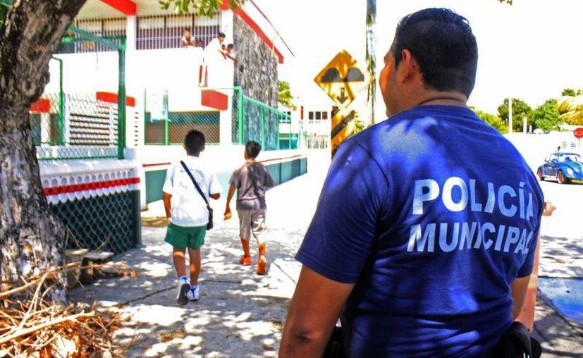 Policías municipales tienen el encargo de mantener rondines frecuentes en algunos planteles. (Harold Alcocer/SIPSE)