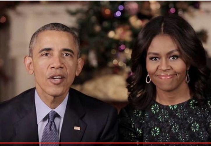 """Barack Obama y su esposa,  Michelle, exhortaron a los estadounidenses a ser compasivos y solidarios, y a estar juntos """"como una familia"""". (Captura de pantalla)"""
