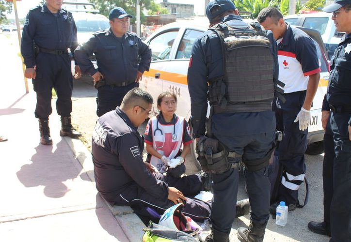 El policía sufrió algunas lesiones menores, que no ameritaron su traslado al hospital. (Foto: Redacción/SIPSE)