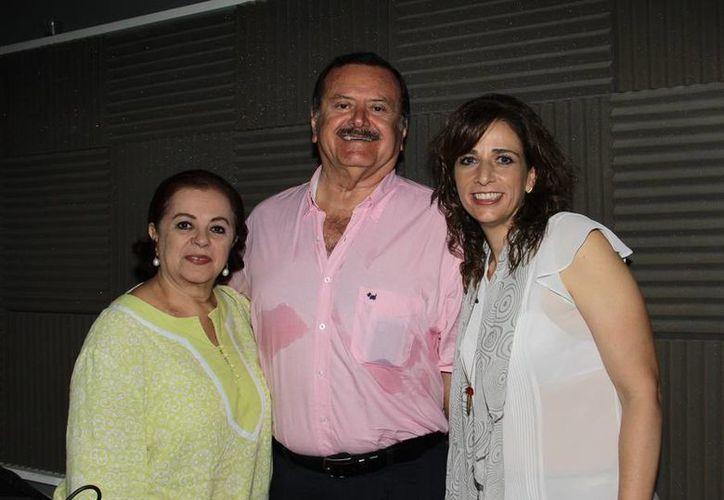 Esperanza Nieto y Jorge Barrera, conductores del programa de radio 'Salvemos una Vida', de Grupo SIPSE, compartieron la cabina con la agelóloga Angélica Bovino. (Jorge Acosta/SIPSE)