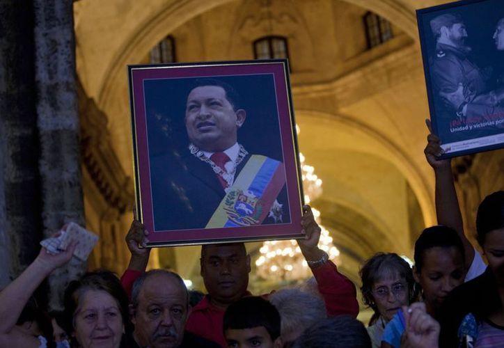 Simpatizantes del presidente venezolano Hugo Chávez en La Habana, Cuba, tras asistir a un servicio religioso, el sábado. (Agencias)