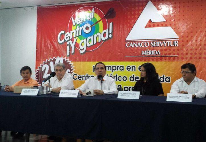 Imagen de la conferencia de prensa del representante de la Canaco,  Jose Manuel López, acompañado de autoridades culturales como Jorge Esma Bazán e Irving Berlín Villafaña. (Candelario Robles/SIPSE)
