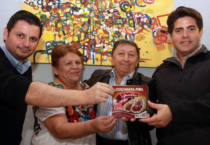 Empresa de carnes frías impulsará el tradicional platillo yucateco en su envase de plástico. Fotografía de los promotores de tan prometedor proyecto. (Milenio Novedades)