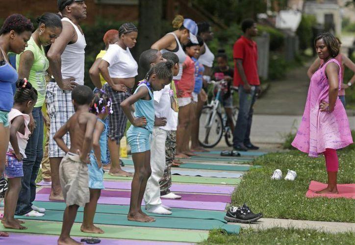 Tameka Lawson dirige una clase de yoga patrocinada por una organización local en las calles frecuentemente violentas del barrio de Englewood, Chicago. (Agencias)