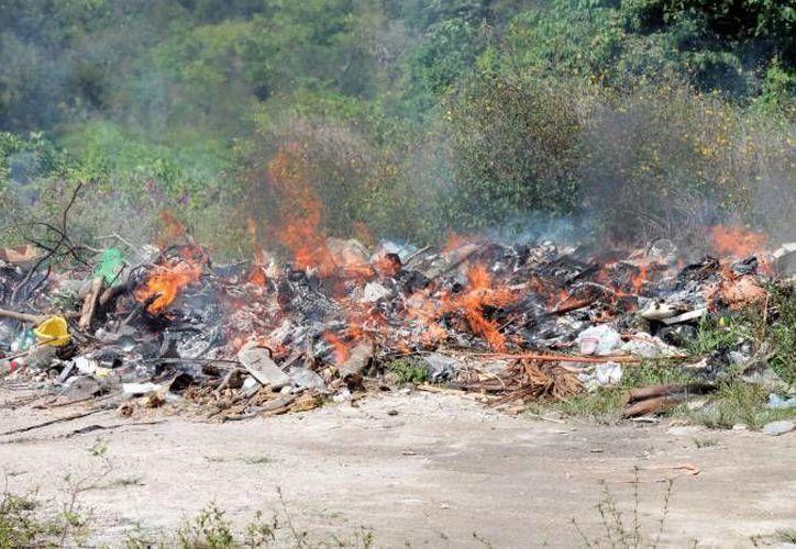 La quema de basura se ha convertido en una práctica de alto riesgo en Cancún. (Redacción/SIPSE)