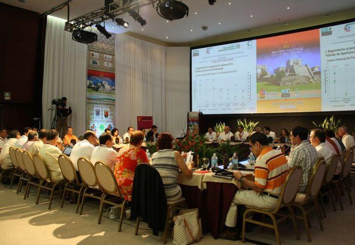 En encuentro nacional evalúan cómo van a igualar un sistema de contabilidad en todas las entidades. (Alida Martínez/SIPSE)
