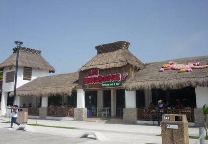 El restaurante donde dos hombres fueron sorprendidos robados, ubicado en la avenida del Malecón de Progreso. (Óscar Pérez/SIPSE)