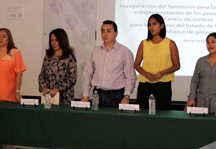 Iniciaron los trabajos para la creación de un protocolo unificado para atención a la violencia de género. Imagen de los funcionarios participantes. (Milenio Novedades)