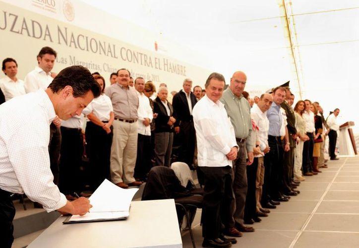 El jefe del Ejecutivo federal, durante la firma del decreto. (Notimex)