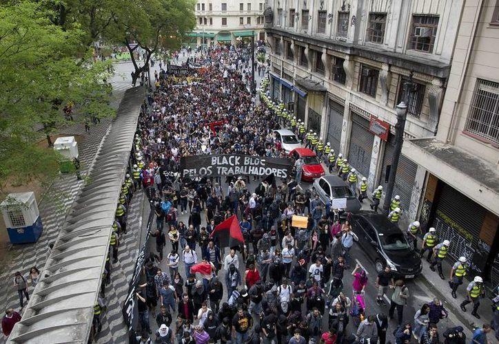 La molestia por el precio del pasaje de los deficientes servicios de transporte público ha contribuido a las protestas. (Agencias)