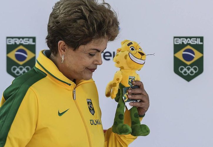 La presidente brasileña Dilma Roussef con Ginga, el jaguar que fue presentado como mascota de la delegación carioca para los Juegos Olímpicos de 2016.  (EFE)