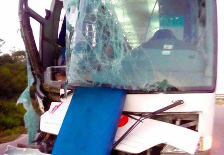 Dos choques casi simultáneos en el libramiento Mérida-Campeche, a la altura de Xtepén, dejaron al menos 16 personas lesionadas. (Milenio Novedades)