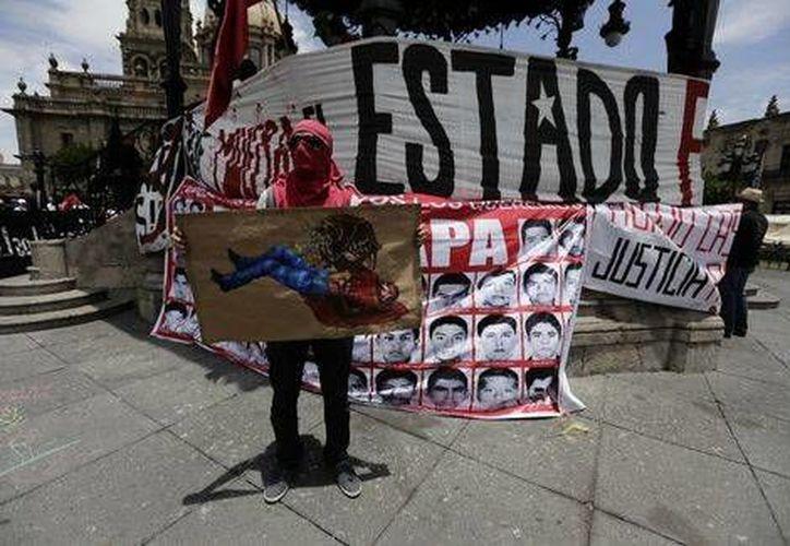 Centenas de personas marcharon en Guadalajara en apoyo a los 43 estudiantes normalistas de Ayotzinapa, Guerrero, desaparecidos en Iguala en septiembre del año pasado. (Milenio)