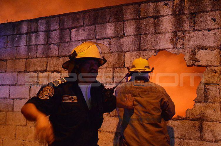 Tremendo incendio en corralón de la SSP en Mérida