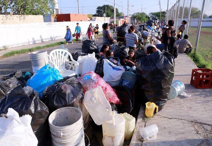 Los vecinos se reunieron en la cancha de usos múltiples de la colonia Salvador Alvarado Sur . (Milenio Novedades)