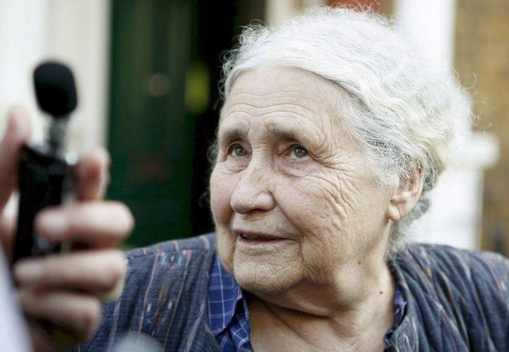 Fotografía de archivo de octubre de 2007 de la escritora británica Doris Lessing a la salida de su casa en Londres. (EFE)