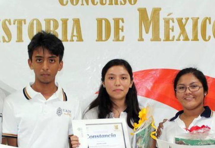 Imagen de Gabriel May, Brenda Mendoza y Daniela Ramírez, los alumnos que lograron los tres primeros lugares en el certamen de Historia de México. (Milenio Novedades)