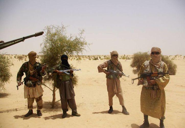 Guerreros del grupo islamista Ansar Dine hacen guardia durante una situación de rehenes en el desierto cercano a Timbuktu, Mali, en abril de 2012, sitio en el que se basa el filme nominado al Oscar. (Foto: AP)