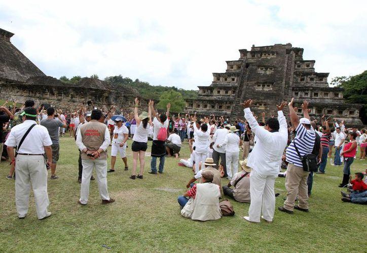 Más de nueve mil personas acudieron a recibir la primavera en la zona arqueológica de El Tajín, en Veracruz. (Notimex)
