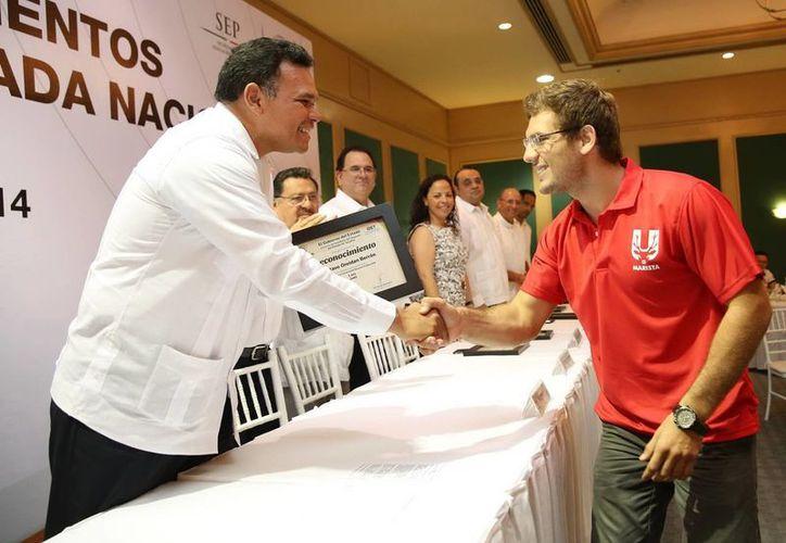 Ayer lunes, Zapata Bello entregó reconocimientos a los jóvenes medallistas de la Olimpiada Nacional, realizada en Puebla. (SIPSE)