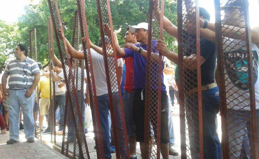Los manifestantes en el enfrentamiento con policías. (Redacción/SIPSE)