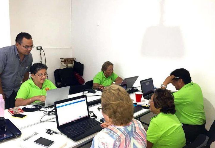 El Instituto Universitario Gerontológico del Estado de Yucatán ofrece talleres para personas de la tercera para que aprendan a usar dispositivos digitales y móviles. Imagen de uno de los talleres ofrecidos por el instituto. (Milenio Novedades)