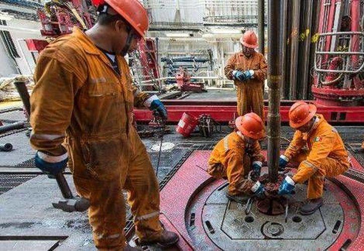 Dos de cada 10 trabajadores de Pemex está en áreas de mantenimiento, como los trabajadores que se observan en la imagen. (Milenio9