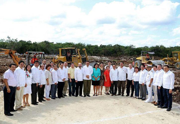 El gobernador Rolando Zapata Bello con diputados del Congreso de Yucatán, en la colocación de la primera piedra para la nueva sede del Poder Legislativo, en el Periférico. (SIPSE)