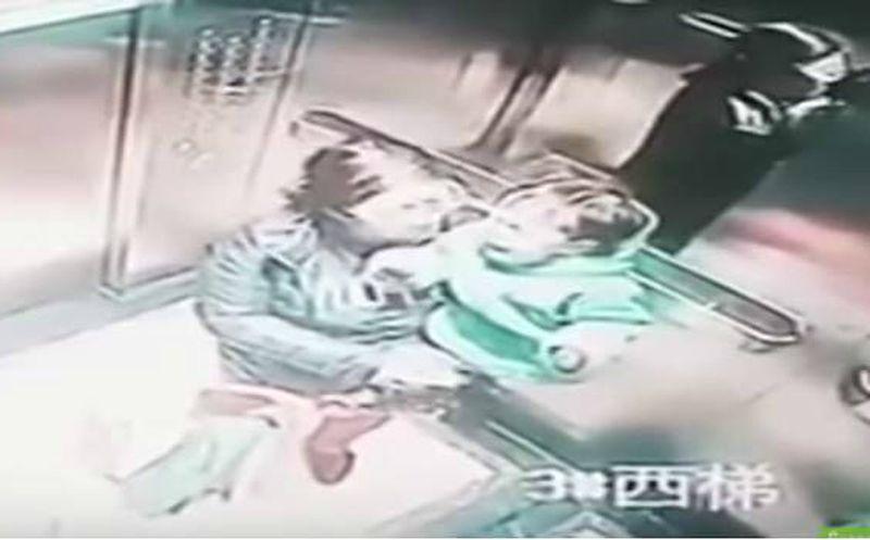 Una niñera fue grabada golpeando brutalmente a niño en un ascensor