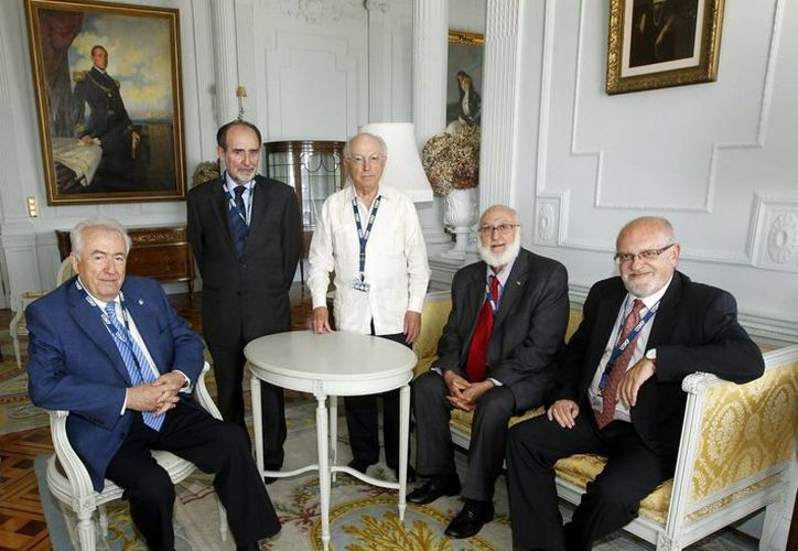 Los residentes de Reales Academias científicas y los rectores de la Universidad Internacional Menéndez Pelayo y de la Universidad de Alcalá defendieron el español en la comunicación científica. (EFE)