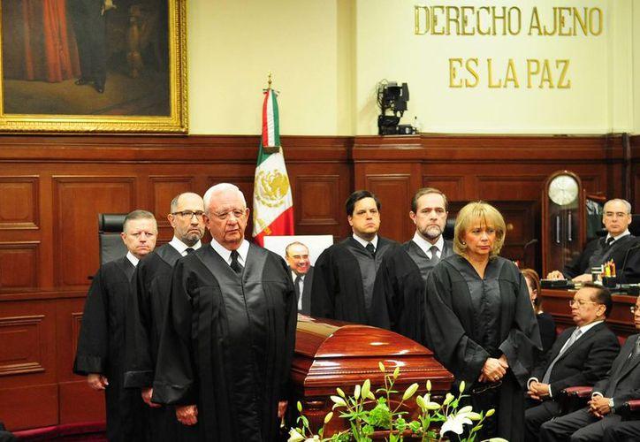 El ministro presidente encabezó una guardia de honor alrededor del féretro, con los cinco ministros que integran la Primera Sala (Notimex)