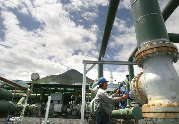 Empleados de una planta geotérmica ubicada a los pies del volcán Momotombo, 75 km al noroeste de Managua, perforan pozos para la producción de energía. (Archivo/EFE)