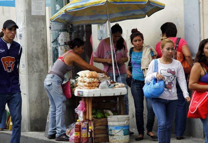 Vendedores ambulantes saturan las aceras del Centro Histórico de Mérida. (SIPSE)