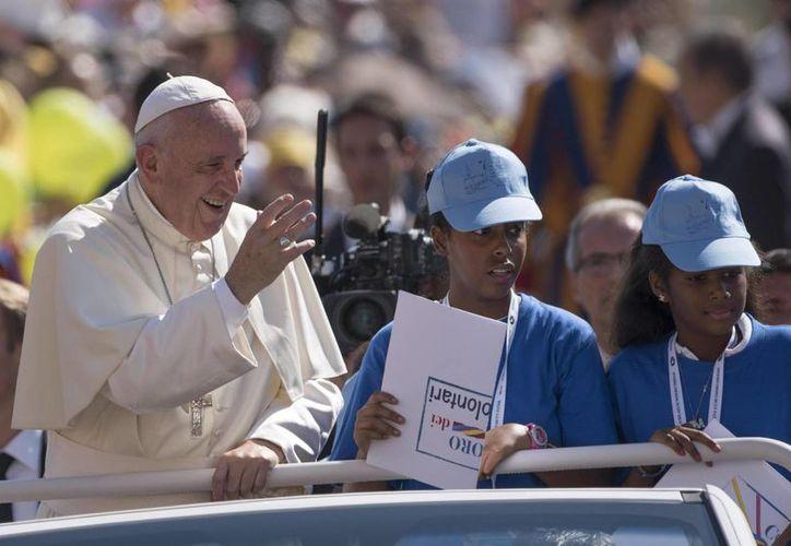 El Papa Francisco saluda a la multitud a su llegada a la Plaza de San Pedro del Vaticano. (EFE)