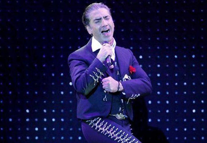 Las canciones 'Cóncavo y convexo' y 'Te quiero, te quiero' mostrarán el lado más romántico de Alejandro Fernández, señala su disquera. (Agencias)