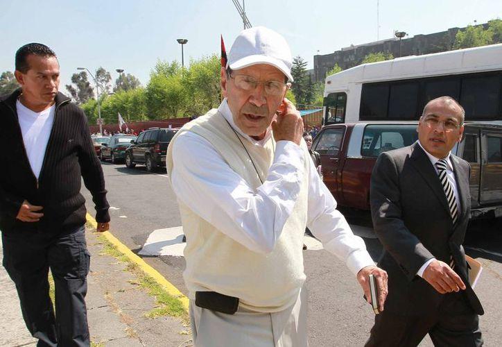 El padre Alejandro Solalinde, en las inmediaciones de la Cámara de Diputados. (Notimex)