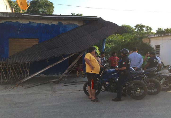 El camión sólo había ocasionado un daño parcial, pero al continuar la maniobra, terminó por destruir el lugar. (Redacción/SIPSE)
