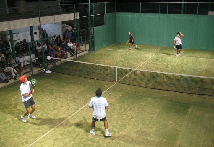 Padelistas se preparan para tomar parte en el torneo. (Raúl Caballero/SIPSE)