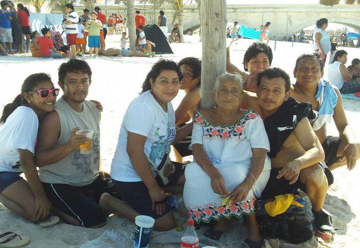 Las familias Sarabia Puc y Puc Mass, de Xocchel, en su visita al puerto. (Milenio Novedades)