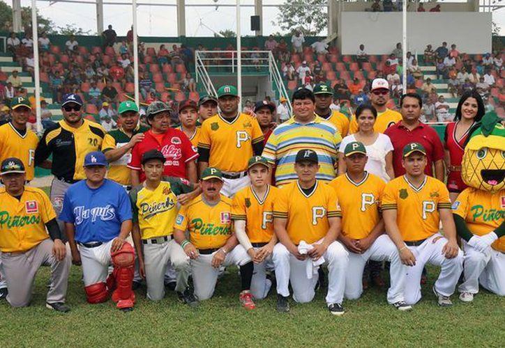 """Se dio un minuto de aplausos, en homenaje póstumo a Rodrigo """"El Ostión"""" Zapata; quien fuera bat-boy del equipo Piñeros de Cozumel. (Redacción/SIPSE)"""