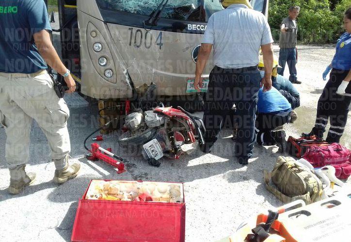 Bomberos, autoridades municipales y paramédicos arribaron al lugar del accidente. (Eddy Bonilla/ SIPSE)