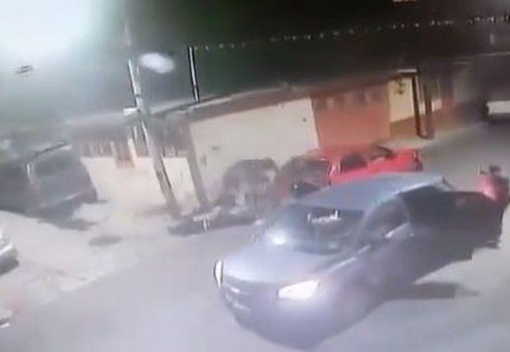 Los policías hallaron a tres personas tiradas sobre el suelo. (Facebook)