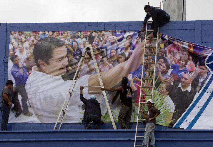 Trabajadores ultiman detalles del estrado donde será investido el nuevo presidente hondureño, Juan Orlando Hernández. (EFE)