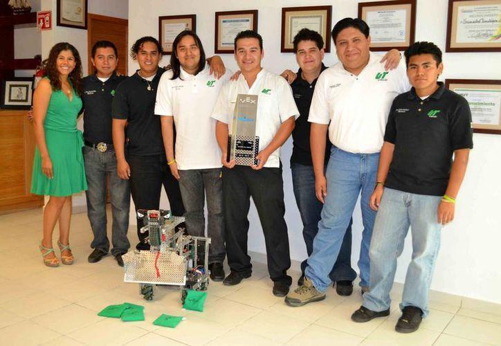 Estudiantes de la Universidad Tecnológica de Cancún presentan el robot. (Tomás Álvarez/SIPSE)