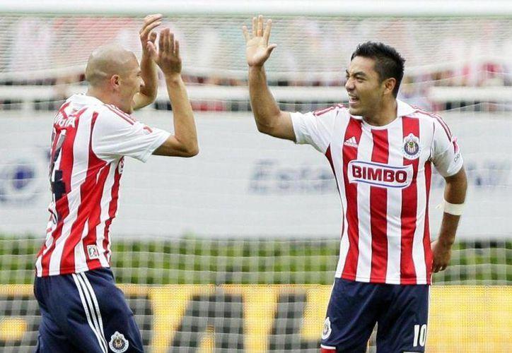 Marco Fabián (derecha) es uno de los jugadores que ayudarán a Chivas a salir del pozo. (lainformación.com)