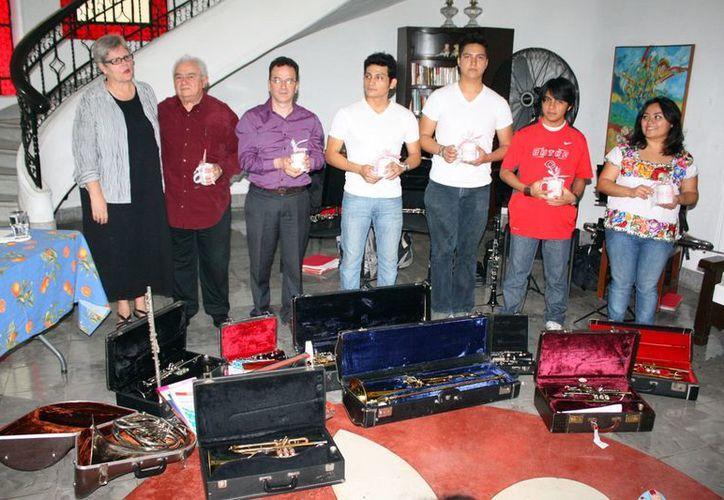Autoridades del Estado y representantes del Central College de Pella en la entrega de instrumentos musicales. (SIPSE)